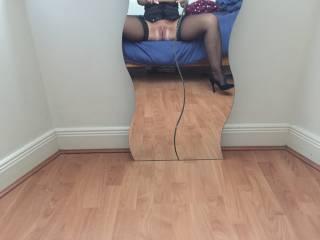 Very inviting mirror, nice pussy.