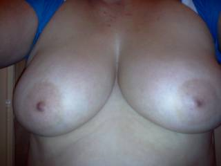 ummmmm so SEXY -------->>> love to shower your hot TITS with CUM xxxx -(o__o)-