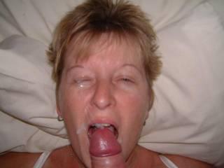 Super shot. J'aime bien ce style.. Surtout quand elle joue avec le sperme. J'aimerai bien lui donner aussi un bon facial.