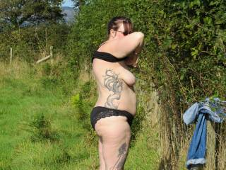 Would be more than amazing to come across such a sexy lady in an open field.I just love outdoor sex.xx