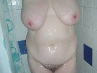 very hot curvy body, nice big tits and hairy pussy ! perfect !