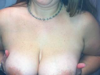 Great view, i love these tits, i wanna fuck them and jizz all over them.