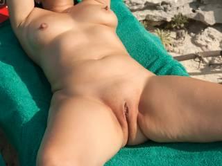 mmmmmmmmmm love to slide my hard shaven cock in