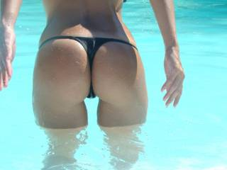 nice butt! love it, i want to be in the pool with you!