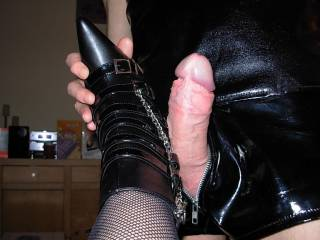 MMMM I wanna suck his cock as she does that with her boots.