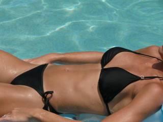 You look so sexy in that bikini!! Nice tan....beautiful body!!
