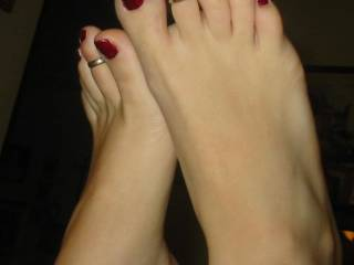 wow i love to suck and fuck them sexy feet and toes, hope you post more of her sexy feet
