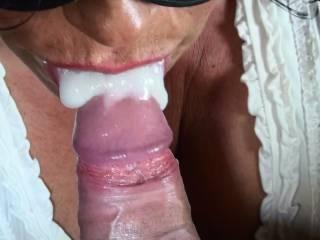 She gets a huge creamy load into her mouth! Sahniges Ende einer Blaserei...