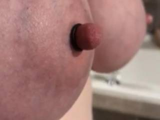 Kiki's big tied tit with a rubber band on her nipple after pulling the sucker off. Anyone want to have their nipples tied so you can rub them against her tied nipples?