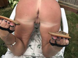 showing her ass and flip-flops