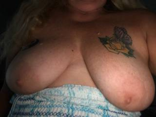 sitting outdoors and needing some long hot suckling....come put your lips on these nipples
