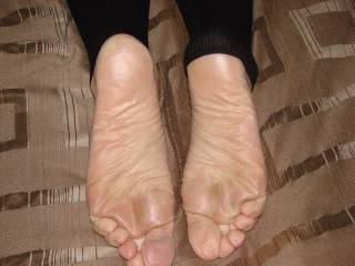 the wrinkles on the bottoms of your feet make me cum so so hard. i'd love to jack off with your smelly soles on my face