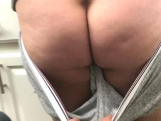 taken 10-19..hows her milf ass looking guy\'s
