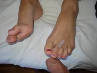 i like her feet i like cum on feet please send me feet pics i am french feet lovers bye