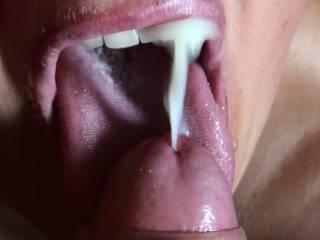 Mouthslut receives a messy load! Geile Sau lässt sich in den Mund spritzen!