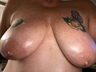 Oiled up these big floppy naturals nice and slippery, who wants to slide some big cock between these and fuck them good? leave a juicy mess all over these big tits and show us