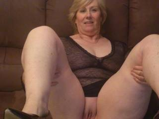 mmm I love mature sexy women! Just wanna suck on your tongue while you cum on my bbc and then fill your pussy full of cum;p