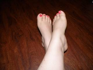 I would to play with your feet.would you let me sniff them?? and cum contact me thanks mikey