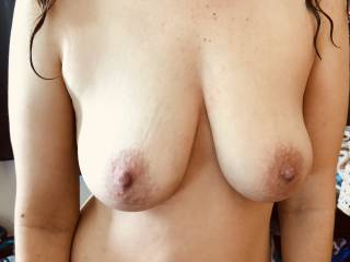 Love her big areolas.  Average tits too