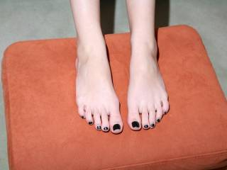 Beautiful feet and toes! Would love to suck on them and would love a foot job and cum all over those pretty toes!