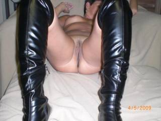 mmmmmmmmmmmmmm so love the boots and such a wicked pic huni. Well you wouldnt be waiting long babes if i was there thats for sure xxx