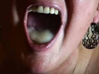 a mouthfull of sticky cum! Mund voll dickflüssiges Sperma