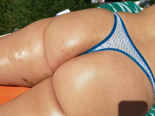 Nice sexy oiled ass in the sun!