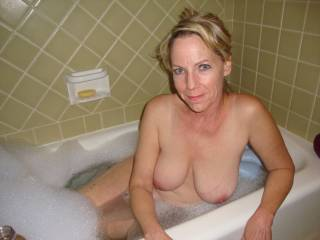I would love to cum on that beautiful mature face, and eat the hell out of your pussy