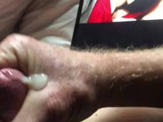Love to masturbate and cum when I get sent a cleavage shot.
