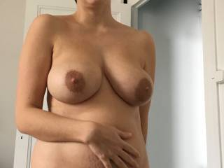 here is my sexy girlfreind in all her glory. i love her fantastic milky tits and her lovely curves. tell us what do oyu think of her