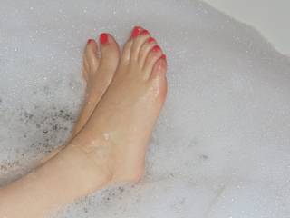 oh yes I like feet and toes and legs yours are very pretty rather cute and love to suck them