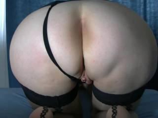 Horny mature wife presents her willfully gorgeous ass! Hat sie nicht einen Prachtarsch? Wer spritzt drauf?