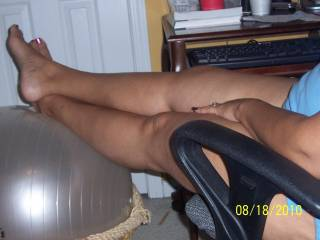 I absolutely love your skin colour and your amazing feet....such hot nails too...  xx