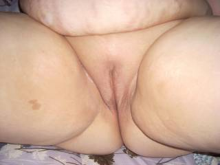 Such a juicy, smooth pussy. Would love to kiss and suck on it.