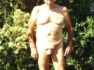 wow you a a pretty brave man to pose outside nude like that.... you seem to love it :) i love gentle mature men
