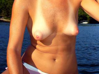 Gorgeous sensuous naturals and mmmmmmmmmm love her mouth watering big nipples!