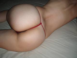 I love to tease my hubby wearing sexy thongs and taking kinky poses... Will you play with my round butt???