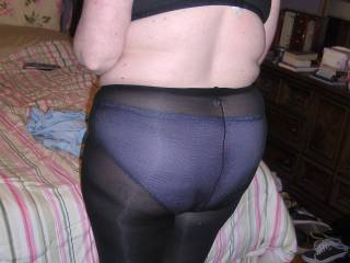 A nice Full shot of her Ass in pantyhose! She would like some cum on her pantyhose covered Ass