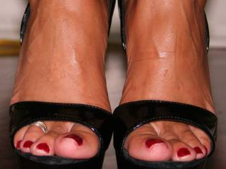 Love the size and shape of your toes and toenails, very sexy!!