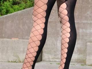 wow, das sind interessante nylons und natürlich tolle schuhe! ich steh voll darauf!