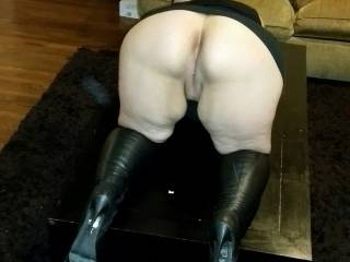 Bent over like that with those boots I'm ready to take her for a rough ride😘