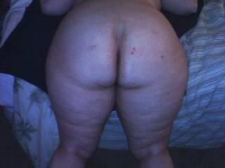 I love the submissive pose. Love her fat ass, she looks like she could take a good pounding.