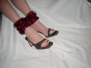 Very sexy feet...would love to shoot cum on them then have my wife lick it off.