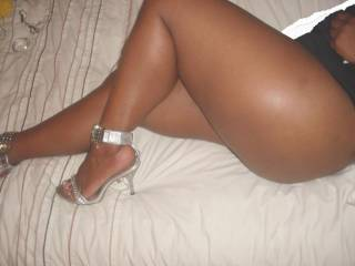 mmmmmmmmm wish i was your next door neighbor,so i could thro them sexy chocolate legs and HEELS up n the air.