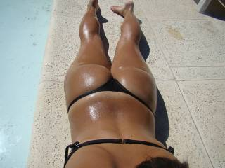 i wud get my cock out 4 a wank if i saw that by the pool!!
