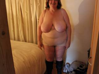 Oh yes what a fine thick sexy mature lady the kind I enjoy so much let's do some video and photos together mmmmmm