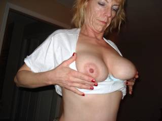 ohh honey  cupp those wonderous sexy nippled .. huge boobs..i live n florida.. n daily walk the beach.. lookin 4 big titty jigglin.. sexy bikini bra topped.. sexy matured ladys .. like yw all the time sugar!! thanx 4 incentive 2 keep lookin!!