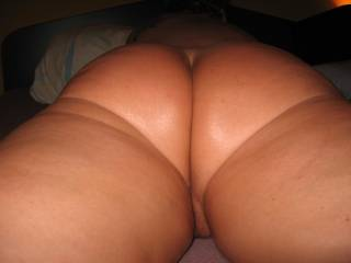 beautiful thick ass...so smooth and i would love to see my cum dripping down your pretty skinned-ass..mmmmmmmmmmmmm